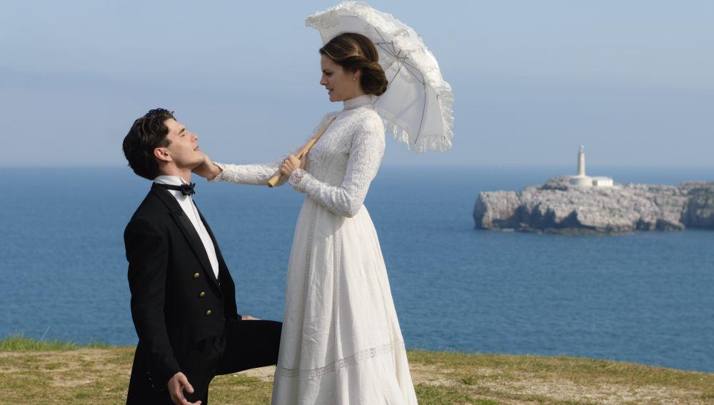 Alicia y Julio en 'Gran Hotel' frente al Faro de la Isla de Mouro (Santander)
